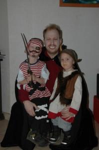 Papa und Kinder in Kostümen