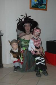 Mama und Kinder in Faschingskostümen